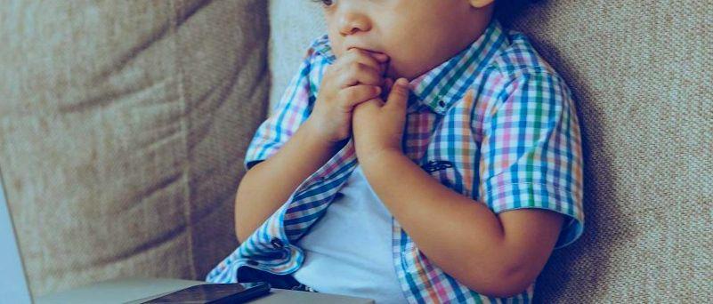 Pourquoi l'enfant ronge-t-il ses ongles?