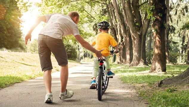 3 étapes pour apprendre un enfant à faire du vélo